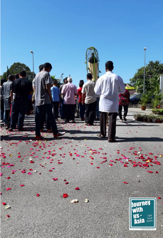 Read more about the article Showers of rose petals and procession mark end of Mission Year